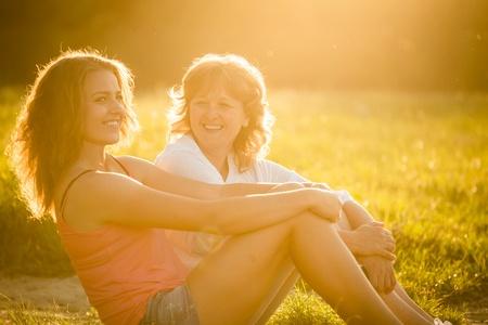 להיות הורה משפיע בגיל ההתבגרות: איך להיות הורה שמתבגרים מקשיבים לו