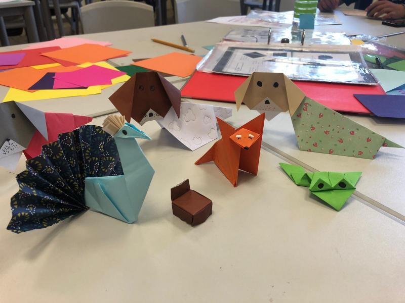 יצירת אוריגמי וקיפולי נייר מיוחדים לכרטיסי ברכה