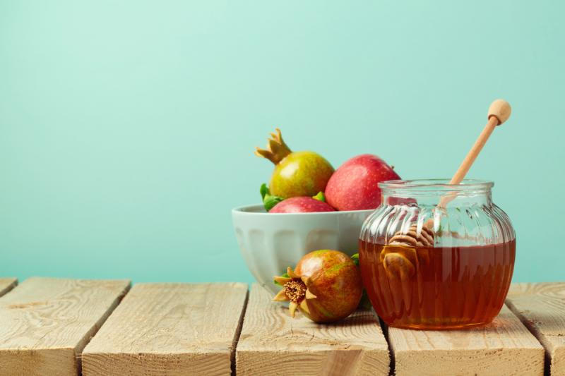 """חלוקת תפוח בדבש לוותיקי הכפר- תנועת נוע""""ם"""