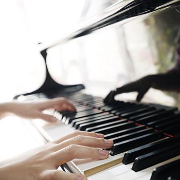 """""""שירה בשחרור""""- עם ניב הפסנתרן"""